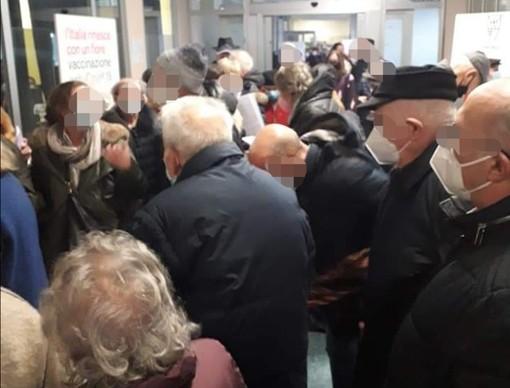 Astuti (Pd): «Anziani assembrati in coda per i vaccini anti-Covid. A Varese necessaria una migliore organizzazione»