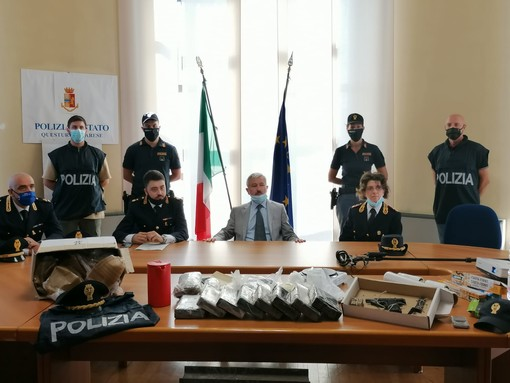 VIDEO. Raffineria di cocaina a Vergiate, la Polizia sequestra 12 chili di droga per oltre mezzo milione di euro