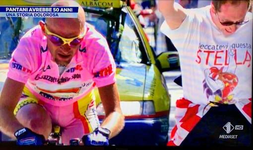 Quel tifoso pazzo di gioia con la maglietta della Stella del basket che accompagna Pantani nella leggenda