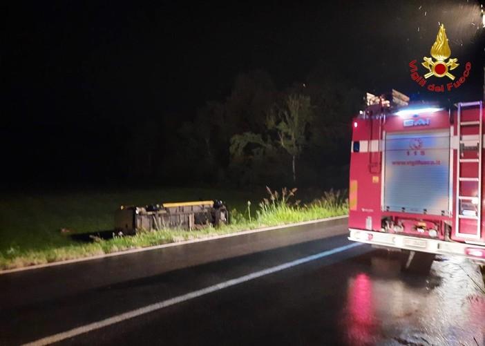 Mesenzana, furgone esce di strada e si ribalta nel prato