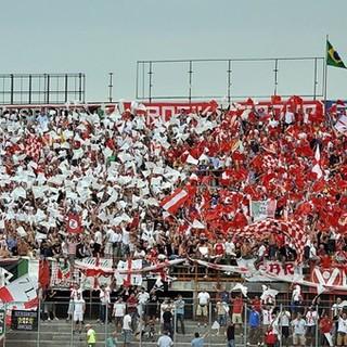 Il popolo biancorosso nei distinti per il ritorno in B del 2010: domenica la gente del Varese torna a incitare dal vivo la squadra