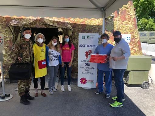 Pizze gratis per volontari, militari e operatori sanitari dell'hub della Schiranna