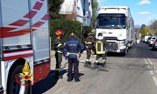 Camion urta un ostacolo e rompe il serbatoio: in campo i vigili del fuoco per la bonifica