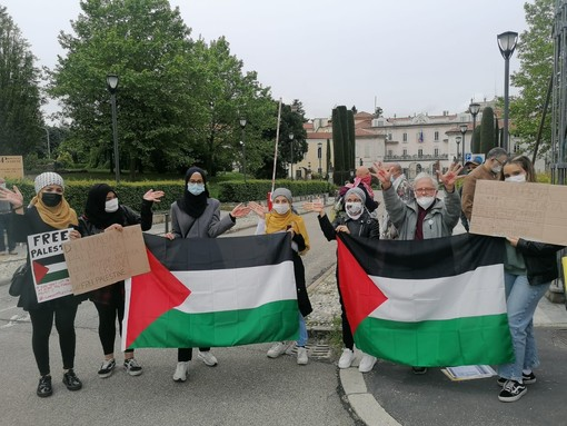 VIDEO. Varese in piazza per la Palestina, attivisti in presidio davanti alla Prefettura