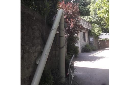 Palo dell'Enel rotto da ottobre e i residenti della Rasa scrivono al sindaco