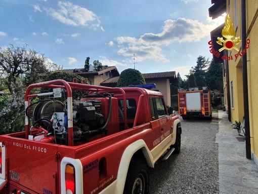Incendio in una villetta, vigili del fuoco in azione a Cadrezzate