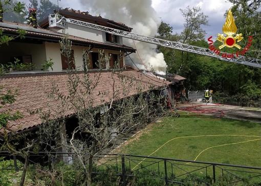 Varese, incendio in un'azienda agricola di via Miralago. Vigili del fuoco al lavoro con numerosi mezzi