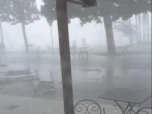 VIDEO. Una tempesta perfetta sul lago Maggiore: sedie e tavolini spazzati via dalla furia del vento