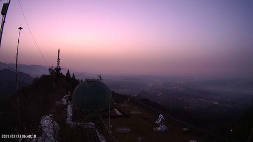 Un'incredibile immagine dall'osservatorio del Campo dei Fiori con il cielo colorato di rosa ed ocra all'alba di oggi (foto tratta dalla pagina Facebook della Società Astronomica G.V. Schiaparelli)