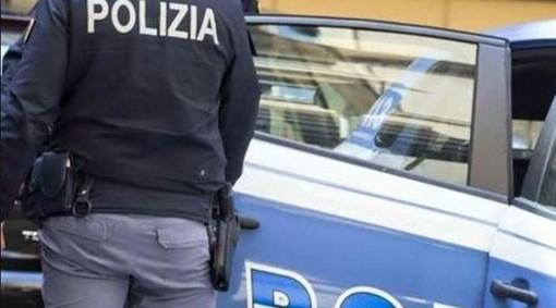 Bivaccavano sui gradoni di Piazza Repubblica, arriva la polizia e trova la droga
