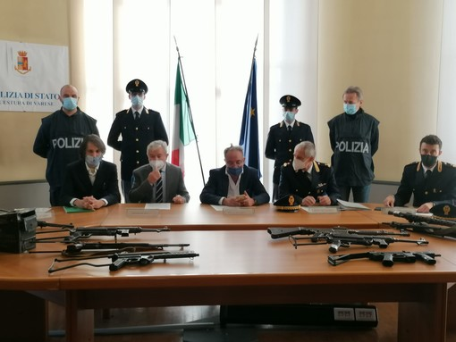 FOTO E VIDEO. Kalashnikov, uzi e granate, sequestrato un arsenale di armi da guerra a Gallarate