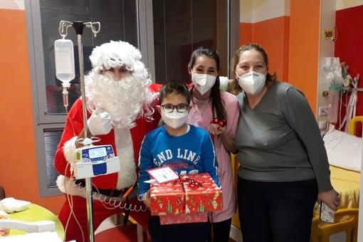 FOTO. Il Ponte del Sorriso ha regalato la magia del Natale ai piccoli pazienti in ospedale