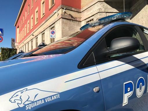 Furto con spaccata a colpi di pietre in un bar di Varese: la polizia arresta due donne