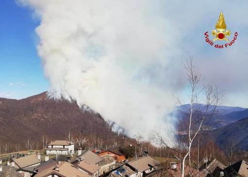 Lago Maggiore, ancora fiamme in Val Cannobina. Sull'incendio tornano in azione Canadair ed elicotteri