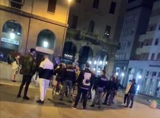 Caos e tensione in piazza Monte Grappa nella notte, polizia e carabinieri evitano il peggio: scattano alcune denunce e si valutano i filmati