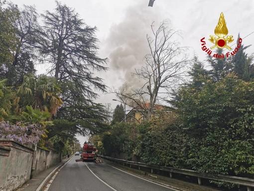 Edificio in fiamme lungo la statale 394 a Gavirate: in azione i vigili del fuoco