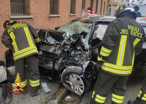 Cesate, auto contro un muro: grave il conducente