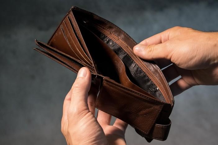 Ruba il portafoglio a un fedele in chiesa: incastrato dalle telecamere e denunciato