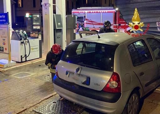 Varese, paura in viale Valganna. Auto finisce fuori strada e si schianta contro il distributore di benzina
