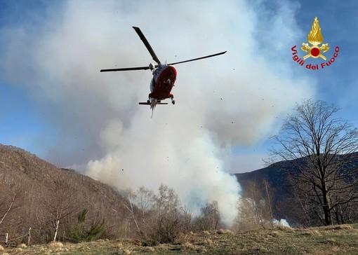 FOTO. Incendio in Val Cannobina, l'elicottero dei vigili del fuoco di Malpensa salva tre persone e un cane