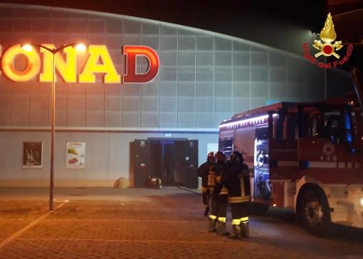 Angera, fiamme al supermercato: intervento dei vigili del fuoco
