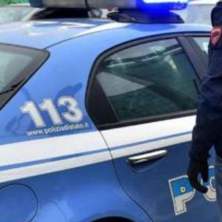 Gallarate, esagitata assale i poliziotti davanti al Comune: immobilizzata con lo spray al peperoncino