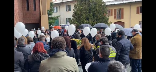 """VIDEO. Vita spericolata di Vasco e il volo dei palloncini bianchi per l'ultimo saluto al """"Sciur"""" Bonomi di Varese"""