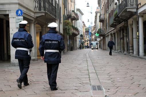 Venditori molesti di cartoline in centro, dubbi e proteste. La polizia locale: «Segnalateli a noi»