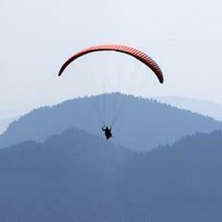 Canton Ticino, italiano precipita con il parapendio per 15 metri: è grave
