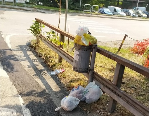 """Salta il ritiro dell'immondizia in via Crispi: «E' una settimana che ci dicono  """"passiamo domani""""»"""