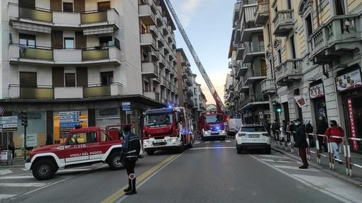FOTO. Colonna di fumo e fiamme nel centro di Varese, vigili del fuoco in azione