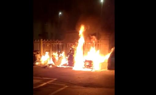 Vandali danno alle fiamme i rifiuti in centro a Luino: intervengono i vigili del fuoco