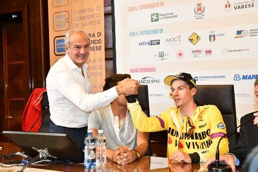 Renzo Oldani stringe la mano al vincitore della Tre Valli Primoz Roglic, 29 anni: lo sloveno è il numero uno mondiale ed è alla tredicesima vittoria del 2019 (foto di Vittorio Ballerio tratta dal profilo Facebook di Renzo Oldani)