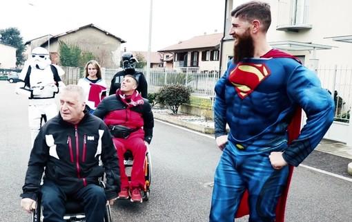 VIDEO. Supereroi varesini contro l'occupazione abusiva dei parcheggi riservati ai disabili
