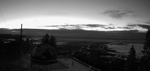 Le nuvole se ne vanno e arriva il sereno ma anche qualche nebbia: il panorama di stamattina dall'osservatorio del Campo dei Fiori (foto tratta dalla pagina Facebook della Società Astronomica G.V. Schiapparelli)
