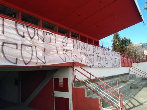 Domenica i tifosi del Varese tornano in tribuna a Masnago: in foto lo striscione con cui la curva si schierò con la squadra nel momento più difficile della stagione