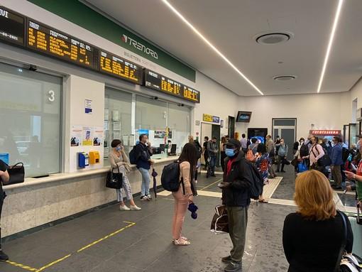 Varese isolata dal maltempo: stazione dello Stato ko, treni cancellati e passeggeri bloccati