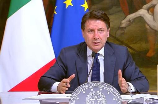 Coronavirus, il premier Conte: «Più poteri alle Regioni e multe fino a 3mila euro. Falso il prolungamento delle restrizioni al 31 luglio»