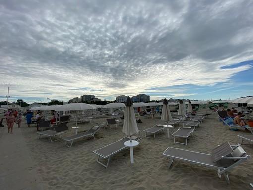 VIDEO. «Qui Riccione, a voi Varese»: una domenica in spiaggia dove hanno sempre voluto varesini e lombardi