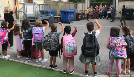 VIDEO. Ingressi scaglionati e saluti a distanza. Alle Morandi il rientro a scuola è già promosso: «I bambini? Felicissimi di tornare»