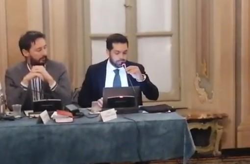 VIDEO. Varese, Clerici torna in consiglio a modo suo: «Basta sconti a questa maggioranza». Ma Crugnola lo omaggia con una scatola di sardine