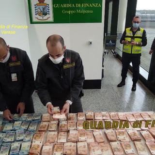 Viaggiava con oltre 160 mila euro nascosti in valigia, fermato passeggero a Malpensa