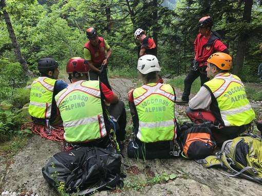 Soccorso alpino in azione alle cascate di Ferrera per un uomo punto dalle vespe