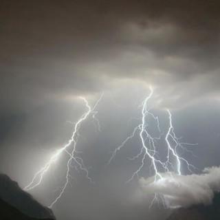 Allerta della protezione civile per temporali forti dal pomeriggio. Le previsioni: «Rischio grandine»