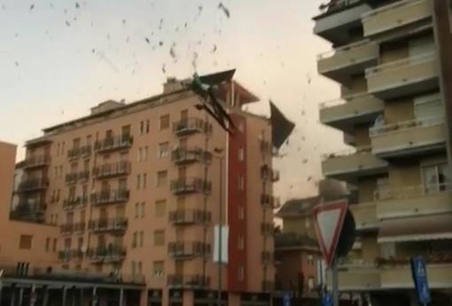 VIDEO. Luino, il tetto di una casa scaraventato in strada dalla furia del vento