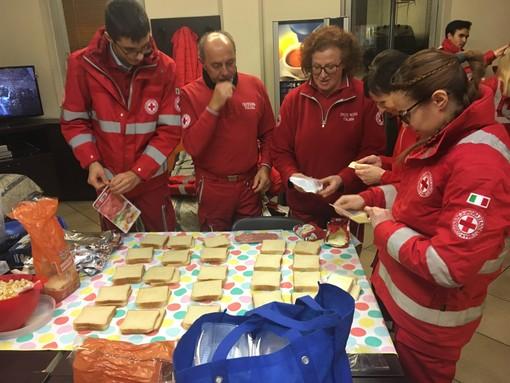 VIDEO e FOTO. Ecco la vera festa: una minestra e delle scarpe donate ai senzatetto dalla Croce Rossa