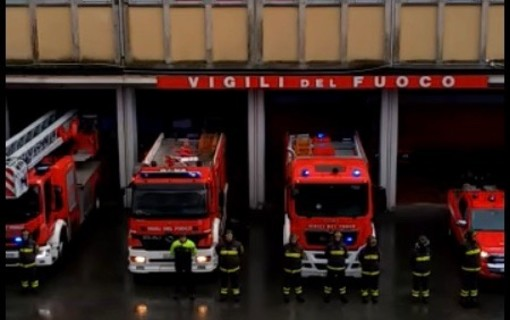VIDEO Esplosione in cascina, i vigili del fuoco di Varese schierati in silenzio per ricordare Antonino, Marco e Matteo