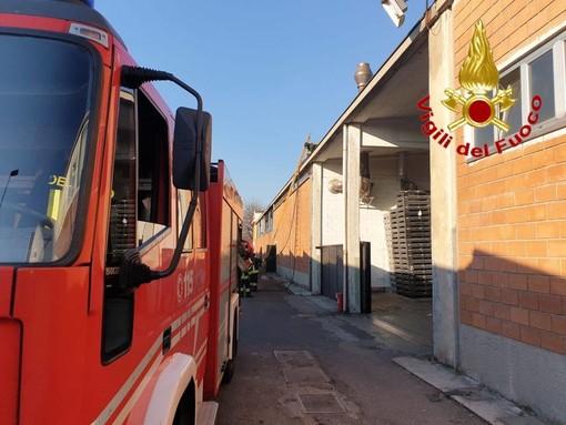Gorla Minore, a fuoco camino in un'azienda. Intervengono i vigili del fuoco