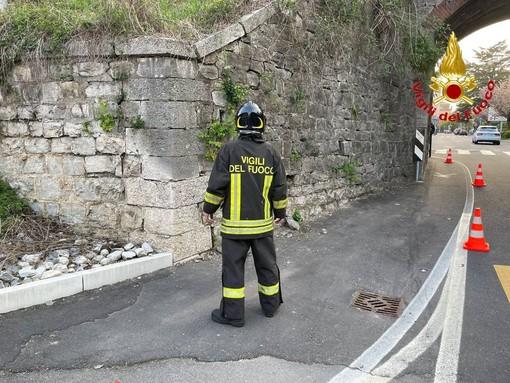 Via Dalmazia, cede il muro del ponte ferroviario. I vigili del fuoco transennano l'area