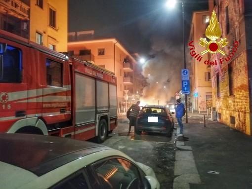 FOTO. Il volto peggiore del 2020: vigili del fuoco assaltati mentre spengono un rogo a Milano